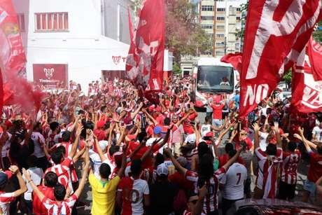 Torcida do Náutico fez grande recepção ao time antes do jogo do acesso para Série B (Foto: Leo Lemos/Náutico)