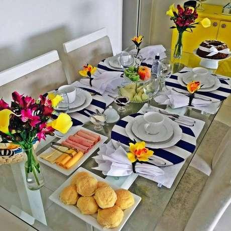 7. Arranjos de flores podem deixar sua mesa de café da manhã decorada mais bonita – Foto: Dicas de Mulher