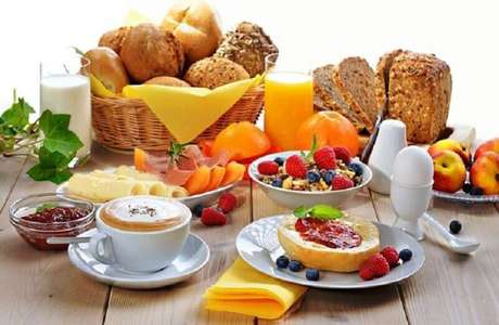 2. Frutas e pães devem estar presente em toda mesa de café da manhã decorada – Foto: Casinha Chique