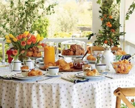 1. Invista em uma mesa de café da manhã completa e nutritiva para começar bem o dia – Foto: Casinha Chique