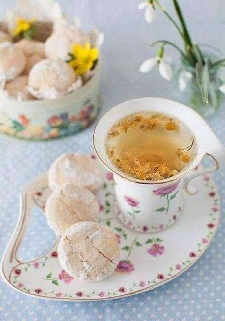 10. Louças delicadas com estampas florais são muito utilizadas em mesa de café da manhã decorada – Foto: Formosa Casa