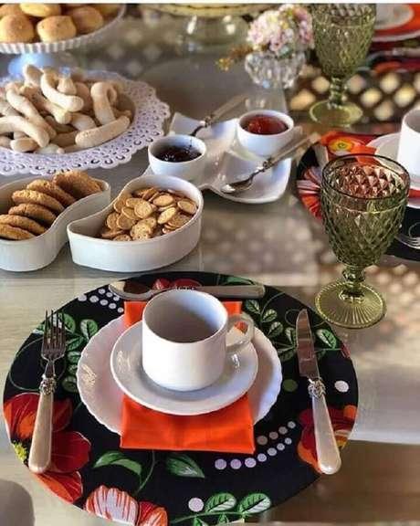 11. Decoração com sousplat colorido para mesa de café da manhã com vários biscoitos – Foto: Style Me Pretty