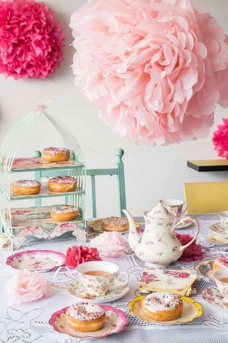 12. Decoração delicada para mesa de café da manhã decorada com itens cor de rosa e estampa floral – Foto: Brooklyn Farm Girl