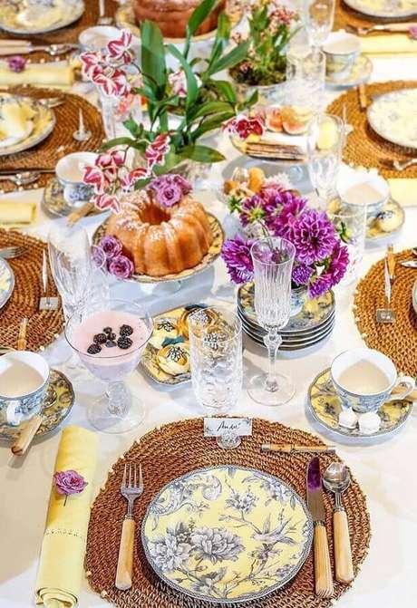 14. Linda decoração para mesa de café da manhã chique com sousplat e arranjo de flores – Foto: Pinterest