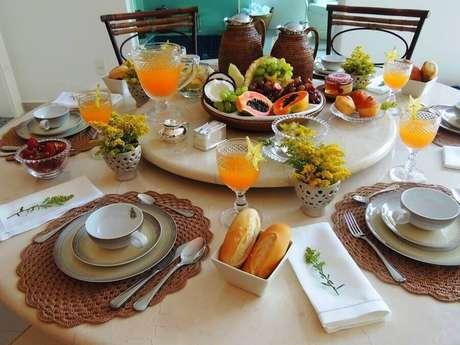 6. Para uma refeição mais completa e nutritiva invista na mesa de café da manhã com frutas – Foto: Formosa Casa