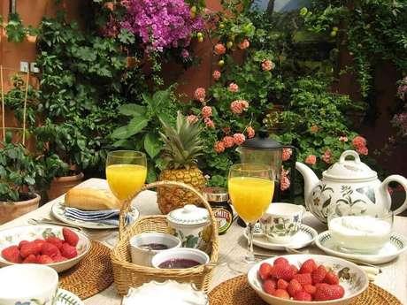 13. Decoração para mesa de café da manhã ao ar livre – Foto: Wooden Gabbage