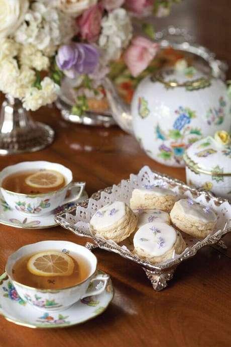15. Decoração romântica para mesa de café da manhã com louças delicadas – Foto: Pinosy