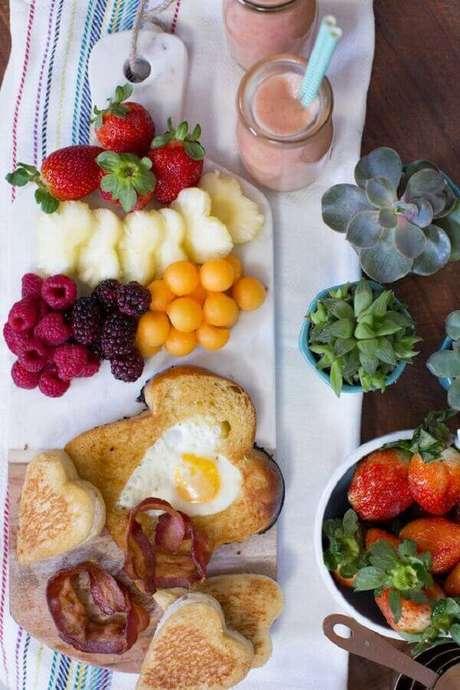 17. Decoração simples para mesa de café da manhã com frutas – Foto: Danielle Noce