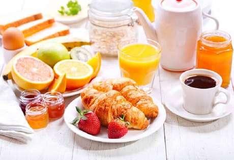 16. Ideia para decoração de mesa de café da manhã simples – Foto: Tulle e Cannella
