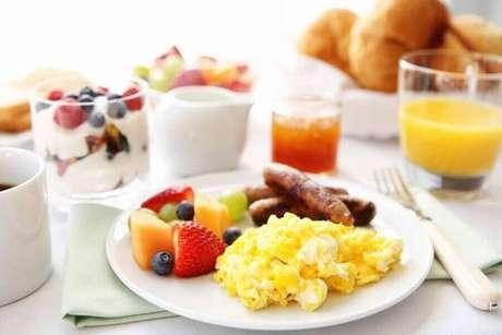 20. Mesa de café da manhã com frutas e ovos – Foto: Pinterest