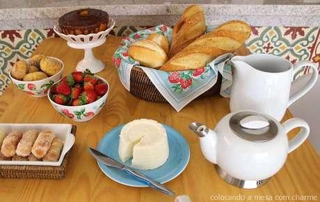 21. Ideia para mesa de café da manhã simples com cesta de pães – Foto: A mesa com charme