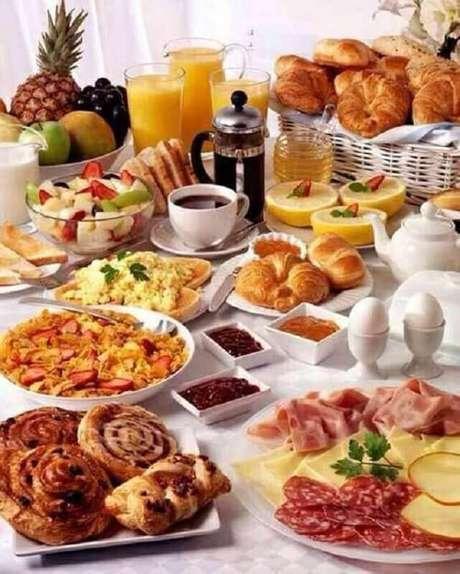 22. Invista em uma mesa de café da manhã decorada completa para quando tiver convidados em casa – Foto: Pinterest