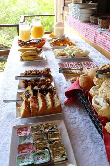 23. Ideias para mesa de café da manhã decorada com bolos, pães e frutas – Foto: Tá Na Minha Rota