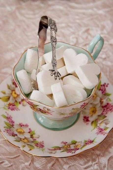 25. Louça delicada com estilo retrô para mesa de café da manhã com açúcar em formato de coração – Foto: Bolo Simples