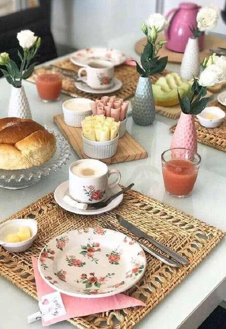 26. Sousplat rústico para decoração de mesa de café da manhã simples – Foto: Lar Doce Casa