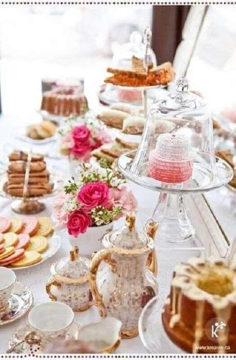 29. Linda decoração com detalhes românticos para mesa do café da manhã com louças clássicas – Foto: Yamileth Taylor