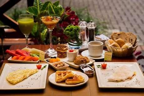 30. Mesa de café da manhã com frutas e cestas de pães – Foto: Bem Paraná