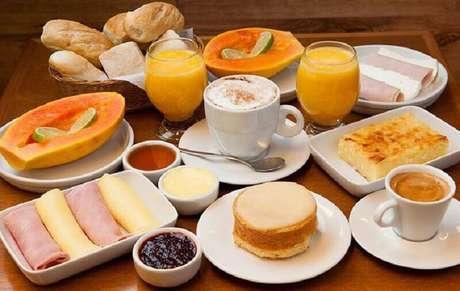 31. Mesa de café da manhã simples com frutas, pães e frios – Foto: Pinterest