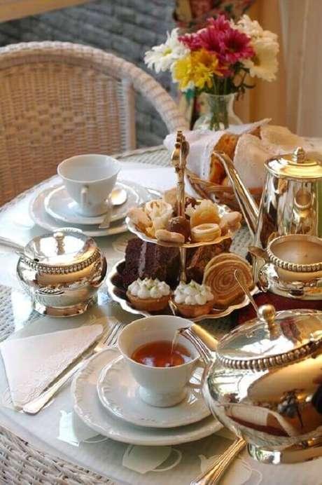 33. Linda mesa de café da manhã chique com itens de prata e louça branca – Foto: Arzo Travels
