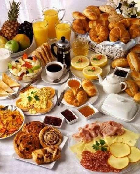 34. Mesa de café da manhã decorada com frutas e doces – Foto: Pinosy