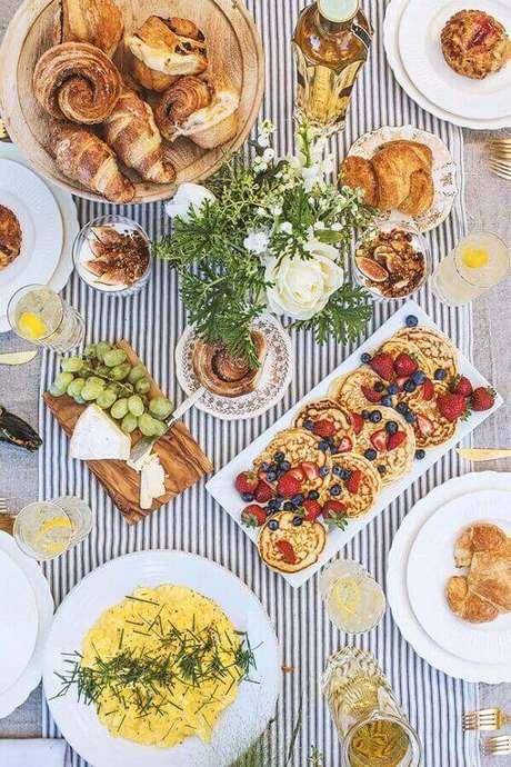 32. Escolha uma toalha de mesa bonita para a sua mesa de café da manhã decorada – Foto: Espaço Dividido