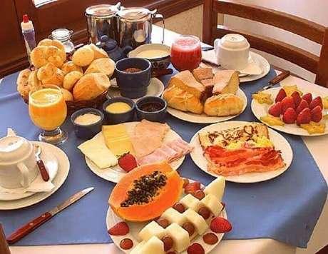 38. Mesa de café da manhã simples com frutas e pães – Foto: Pinterest