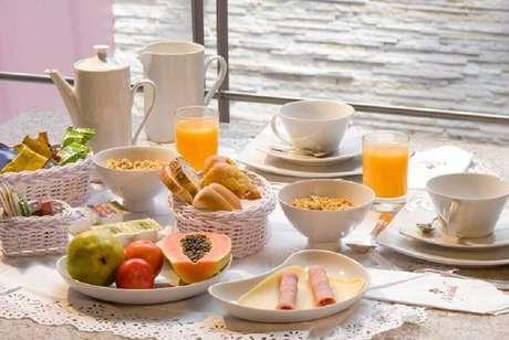 39. Louças brancas garantem uma mesa de café da manhã decorada bonita e clássica – Foto: Pinosy