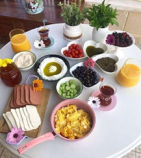 37. A mesa de café da manhã simples também pode ser bonita e bem saborosa – Foto: Fattoush