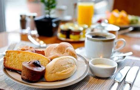 40. Saiba o que servir em uma mesa de café da manhã e invista em comidas bem gostosas – Foto: Mogo Smart