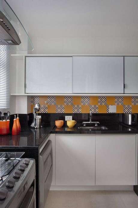 44. A pia de granito combina com a cerâmica de cozinha. Projeto de Fernanda Azevedo Mancini