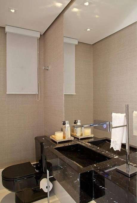 29. A pia de granito melhora a aparência do banheiro. Projeto de Patrícia Kolanian