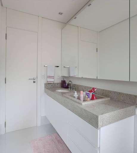 10. Um banheiro com pia de granito é muito mais elegante. Projeto de Hildebrand Silva Arquitetura