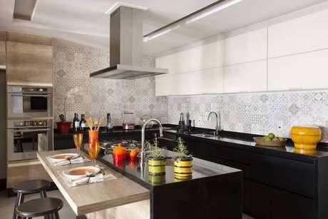 34. A pia de granito é muito usada em cozinhas grandes. Projeto de Fernanda Azevedo Mancini