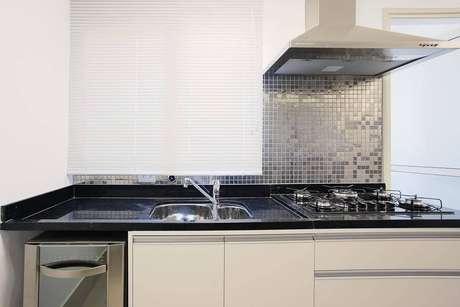 27. A pia de granito é perfeita para cozinhas americanas. Projeto de Sesso & Dalanezi Arquitetura+Design