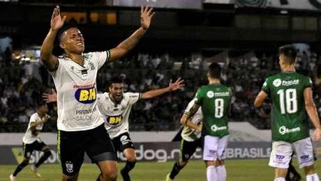 Vitão comemora o gol da vitória do América-MG sobre o Guarani