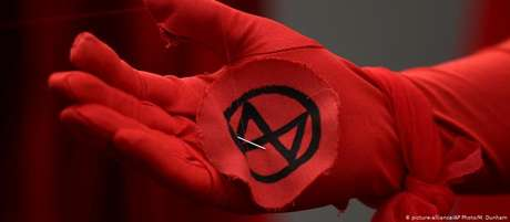 """""""O logotipo do Extinction Rebellion tem clara semelhança com runas – uma linguagem visual usada por extremistas de direita"""""""