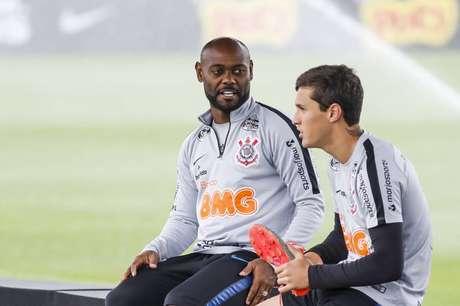 Vagner Love chegou a se machucar contra o Santos pelo excesso de apoio ao setor defensivo do Corinthians (Foto: Rodrigo Gazzanel/Ag.Corinthians)