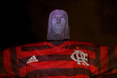 """Cristo Redentor """"veste"""" a camisa do Flamengo."""