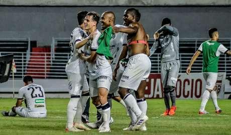 Jogadores do Figueirense comemoram permanência na segunda divisão.