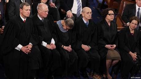 Momento em que a juíza da Corte Suprema dos EUA Ruth Ginsburg dorme durante discurso de Barack Obama em 2015