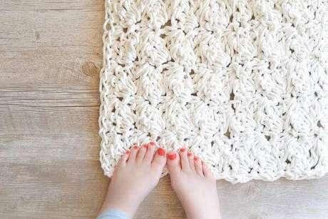 52. Decoração com tapete de crochê quadrado – Por: Pinterest