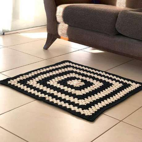 60. Tapete de crochê para sala de estar preto e branco – Por: O Ninho Criativo
