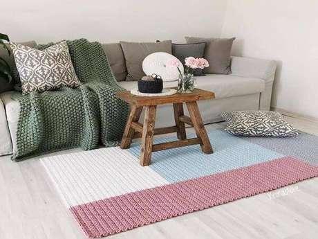 62. Tapete de crochê para sala de estar em formato geométrico – Por: Tua Casa