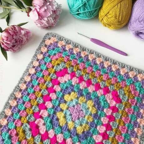 64. Aprenda como usar o tapete de crochê quadrado na decoração – Por: Alicia