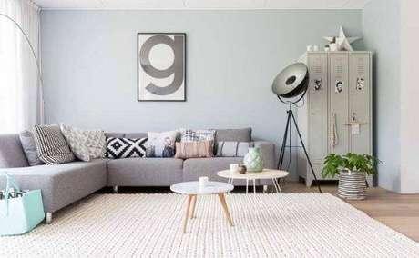 66. Tapete de crochê quadrado bege com sofá cinza – Por: Decor fácil