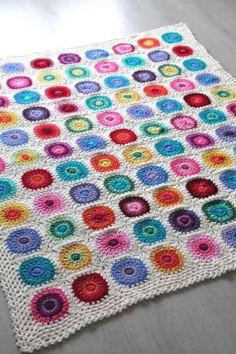 71. Flores coloridas juntas são usadas para compor um lindo tapete – Por: Pinterest