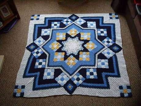 13. Tapete de crochê quadrado com estampa geométrica – Por: Pinterest