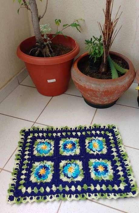 14. O tapete de crochê quadrado com flor é alegre e lindo para casa – Por: Pinterest