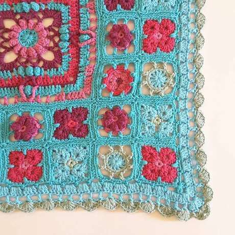 15. Tapete de crochê quadrado com flor azul e vermelha – Por: Crochê Lalo