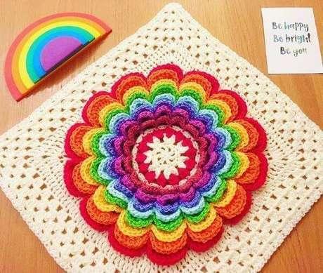 16. Tapete de crochê quadrado com flor colorida – Por: Hallie Bialas Zewski